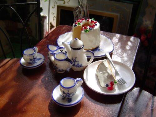 ティーカップなど精巧に作られたドールハウスの小物