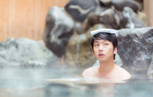 入浴中の男性