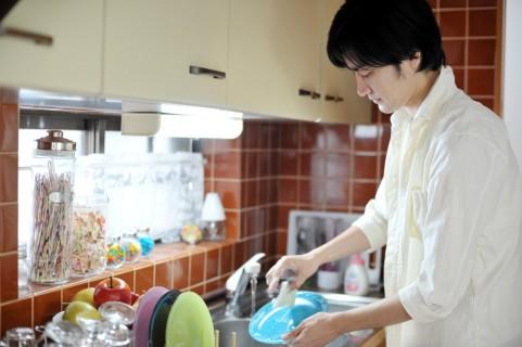 食器洗いをしている人