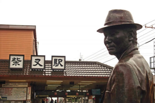柴又の駅前の寅さんの銅像