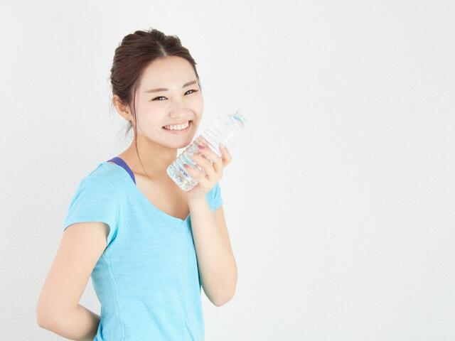 体操の後で水を飲む人