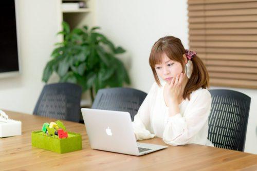 パソコン中の女性