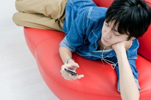 寝転んで音楽を聴く