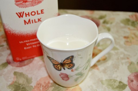ホットミルクのカップ