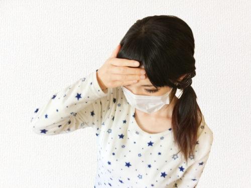 のどがイガイガして熱っぽい風邪のひき初めを感じる女性