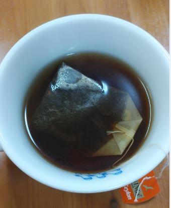 カップに紅茶を淹れている