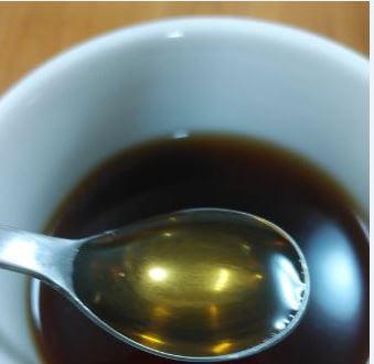 メープルシロップをカップに入れる