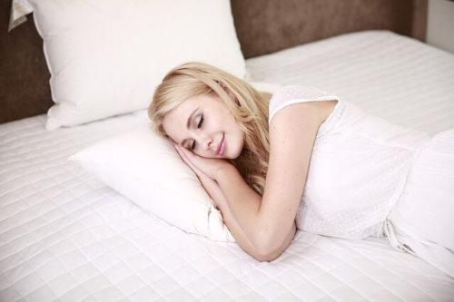 右向きで寝る女性
