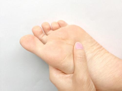 足の裏を触る人