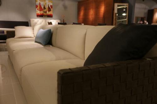 固めのソファ