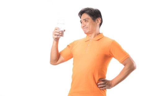 温冷交代浴から出て水を飲む男