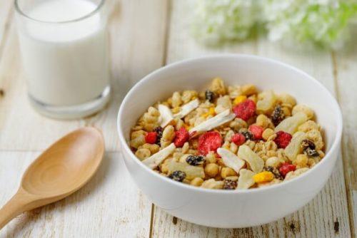 朝食にトレイルミックスと牛乳を食べる