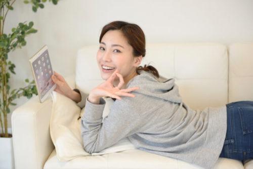 ソファで鹿楓堂のアニメを観ている女性