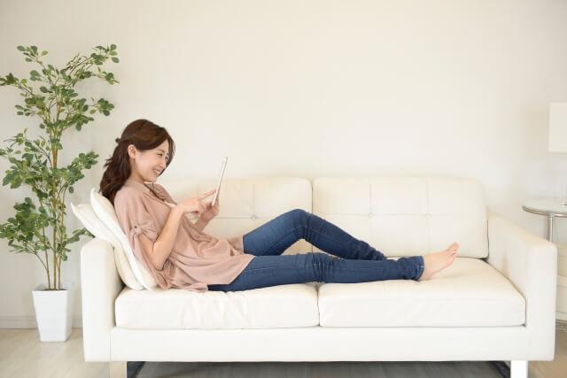 タブレットでVODを観ている女性
