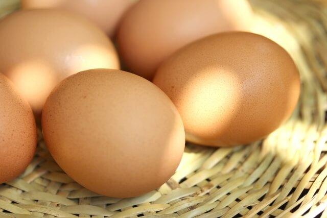 籠の上にあるたくさんの卵