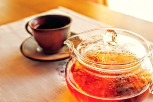 紅茶を淹れるのに適しているポットが机の上にある