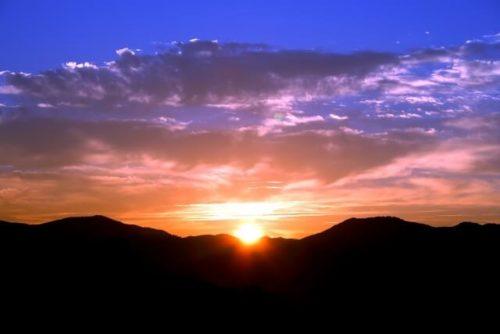 体内時計を治せる朝日が山から昇ってきた