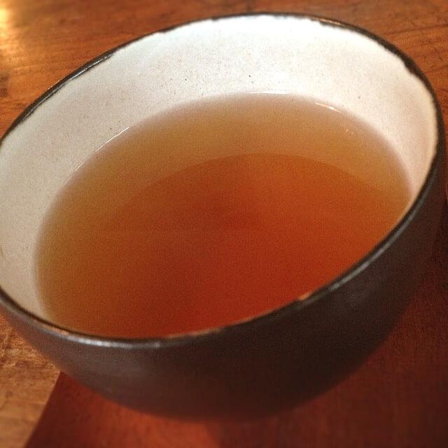 健康に効果の高い「そば茶」が入った湯のみ