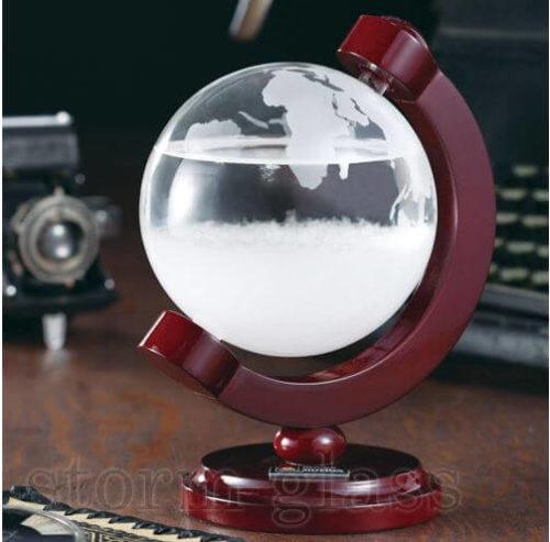 地球儀の形をしたストームグラスが机にある
