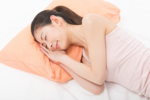 暑い夏でも熟睡している女性