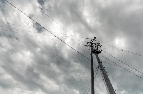 雨が降りそうな空と高い電信柱