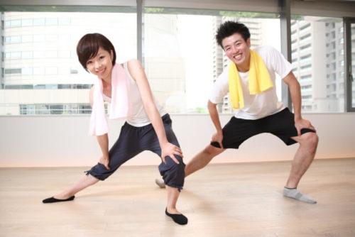 筋肉痛に効果がある軽めのストレッチをしている男女