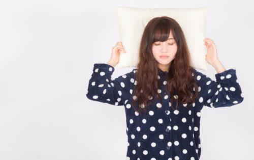 筋肉痛の回復に睡眠をとる女性