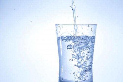 寝る前に飲むコップ1杯の水を注いでいる