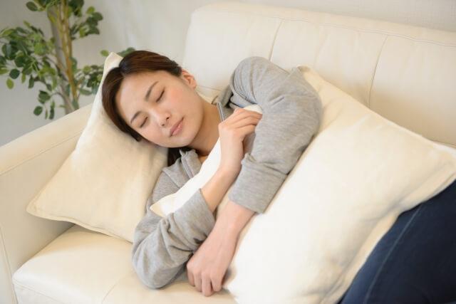 ソファで昼寝をしている女性