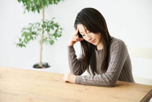 気圧の変化で体調不良の女性