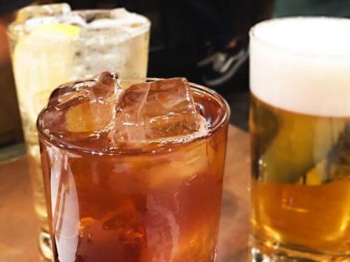 お酒の入ったジョッキとグラス