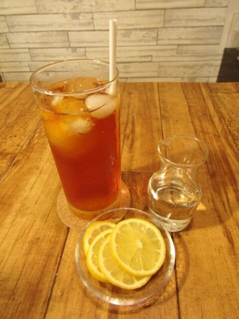 レモンティーソーダの入ったグラスが机の上にある