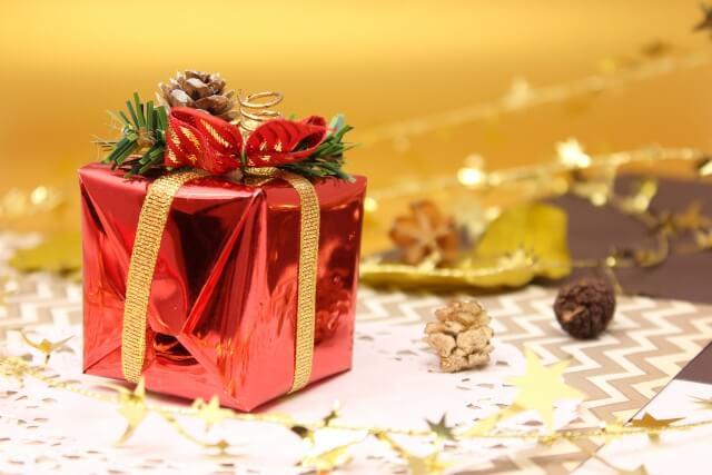 友だちへのクリスマスプレゼントが入っているラッピングされているギフトボックス