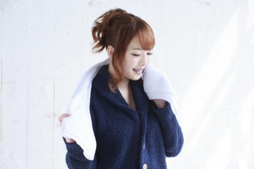 ミントのお風呂に入浴して疲労回復できた女性がバスローブを着ている