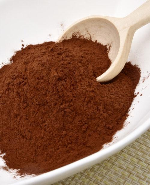 健康効果が高いピュアココアの粉が入った皿とスプーン