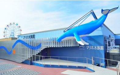 マリホ水族館の外にある青いクジラ