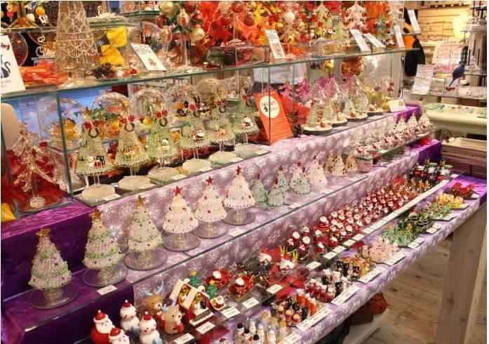 ガラス製のクリスマスツリーがたくさん売っているお店