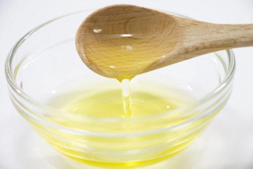 オメガ3系脂肪酸を多く含むエゴマ油をスプーンですくう