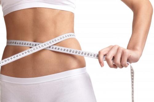 生姜湯でウエストが細くなり、ダイエット効果を実感している女性