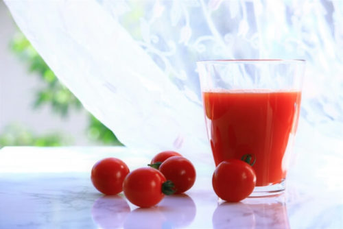 朝飲むためのトマトジュースがコップに入っている