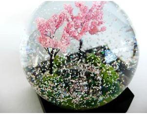 桜吹雪になっている春のスノードーム