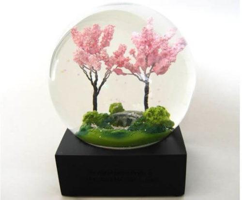珍しい春をモチーフにしたCool Snow Globes のスノードーム