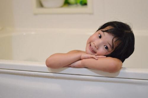 39度の温度で入浴して温まっている子供