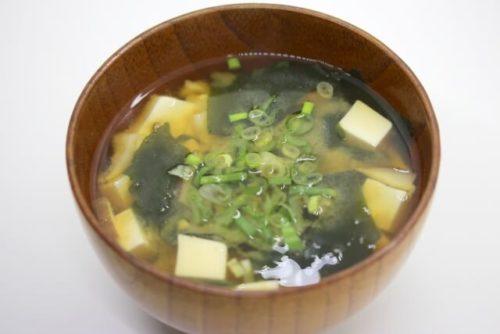 体温を上げる効果の高い味噌を使った豆腐とわかめの味噌汁が入った椀