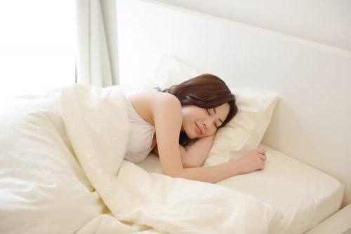エラスティックパイプの枕で熟睡している女の人