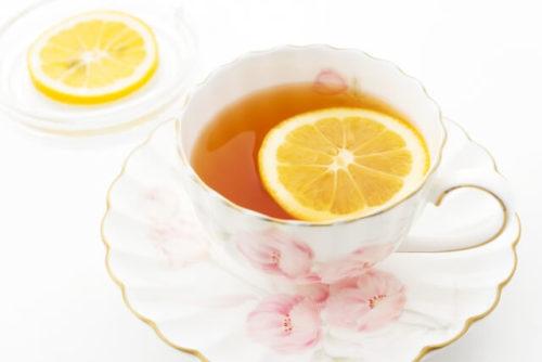 レモンティーの入ったカップがソーサーの上にある