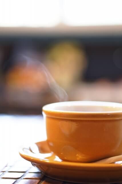 湯気の出ている紅茶が入ったマグカップ