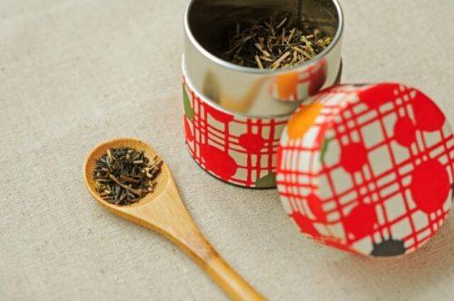 茶筒から茶葉を小さじを使って取り出している