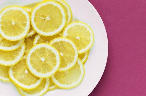 ビタミンCの豊富なレモンの輪切りが皿の上にたくさんある