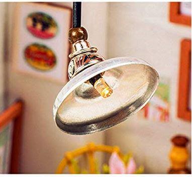 ベッドルームの天井にあるランプ